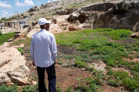 Firaz Elhemed er en stædig mand. Da de ankom til Sanliurfa besluttede han sig for, at han ville bygge alt det, familien mistede i Syrien. Han lever på en tyrkisk mands grund, hvor han passer ejerens oliventræer og dyr. Han sår løg, mynte, tomater og solsi