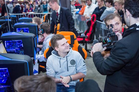"""Peter """"dupreeh"""" Rasmussen bliver interviewet, mens resten af holdet spiller mod fansene, der har udfordret dem. Foto: NPF"""