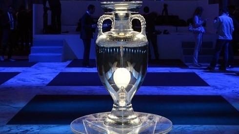 Henri Delaunay-trofæet. Den det hele handler om.