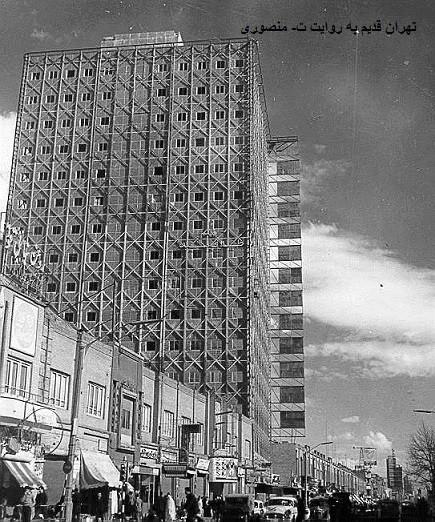 Plasco-bygningen, da den stadig stod midt i Teheran og var et symbol på et sekulært og vestorienteret Iran. I dag er den styrtet sammen, og forskellige iranske myndigheder kæmper om at placere ansvaret. Foto: CC