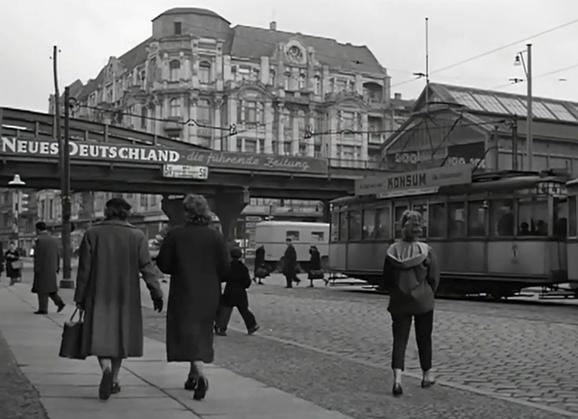Filmfoto: Berlin Ecke Schönhauser (1957). Prenzlauer Berg.