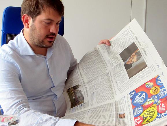 Miha Lobnik viser en artikel fra JA-kampagnen ved sidste folkeafstemning. Foto: Mathis Mencke