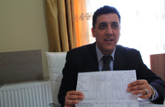 Skolelederen Mr. Walid viser stolt et eksempel på et karakterblad, som er identisk med det tyrkiske. Foto: Sultan Coban