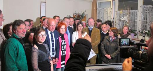 Flere af regionens spidser er samlet til TV-debat på restauranten i Brenner. Her gør tv-holdet og værten Francesca Carollo sig klar til at gå på live TV med udtalelser fra lokale borgere og borgmester Franz Kompatscher, der er klædt i hvid skjorte og blåt